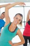Люди делая тренировку фитнеса силы на занятиях йогой Стоковая Фотография
