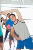 Люди делая тренировку фитнеса силы на занятиях йогой Стоковые Фото