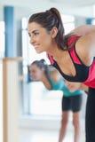 Люди делая тренировку фитнеса силы на занятиях йогой Стоковое Изображение