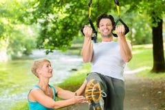 Люди делая фитнес тренера подвеса или слинга Стоковые Изображения