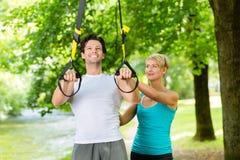 Люди делая фитнес тренера подвеса или слинга Стоковое Изображение RF