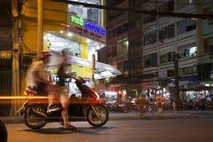 Люди едут мотоцилк на занятой улице ночи 4-ого февраля 2012 в Хошимине, Вьетнаме Стоковая Фотография RF