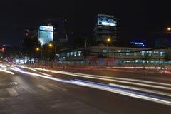 Люди едут мотоцилк на занятой улице ночи 4-ого февраля 2012 в Хошимине, Вьетнаме Стоковые Изображения