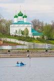 Люди едут на голубом Katamari на zilive Чебоксар, республике Chuvash Россия 08/05/2016 На фоне церков o Naho Стоковое фото RF