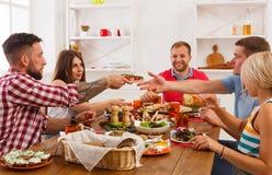 Люди едят здоровую еду на праздничном официальныйе обед таблицы Стоковое Фото
