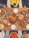 Люди едят здоровые еды на, который служат официальныйе обед таблицы Стоковая Фотография RF