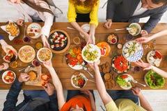 Люди едят здоровые еды на, который служат официальныйе обед таблицы Стоковое Изображение