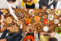 Люди едят здоровые еды на, который служат официальныйе обед таблицы Стоковое фото RF