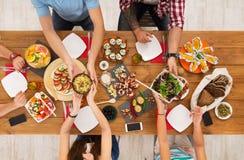 Люди едят здоровые еды на праздничном официальныйе обед таблицы Стоковое фото RF