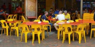 Люди едят на популярной зале еды в Чайна-тауне Стоковые Изображения RF