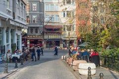 Люди едят на таблицах улицы в Стамбуле Стоковая Фотография