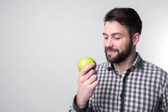 Люди едят яблоко бородатый парень держа яблоко вегетарианский подготавливая обедающий Стоковые Изображения