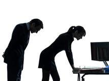 Силуэт сексуального домогательства пар человека женщины дела Стоковые Изображения