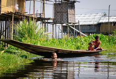 Люди живя на плавая деревне на озере инкрустаци в Шани, Мьянме Стоковые Изображения