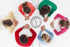 Люди ждать вокруг настенных часов Стоковое фото RF