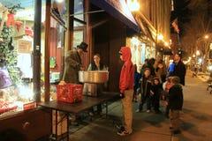 Люди ждать в линии для конфеты хлопка, ежегодное викторианец Streetwalk, Saratoga, 2014 Стоковое Изображение