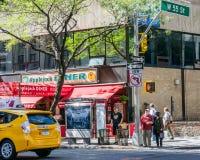 Люди ждать зеленый светофор на улице новой Стоковая Фотография