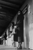 Люди ждать поезд на Jackson Heights, Нью-Йорке Стоковое фото RF