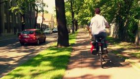 Люди задействуя вдоль городского пути велосипеда Стоковое Изображение RF