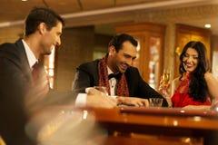 Люди за играя в азартные игры таблицей стоковое фото