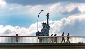 Люди за статуей свободы Стоковые Фото