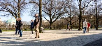 Люди играют игру boules в парке Стоковое Изображение RF
