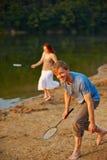 Люди играя бадминтон на каникулах Стоковая Фотография