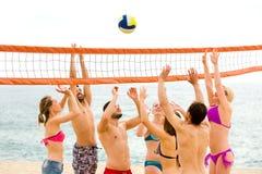 Люди играя волейбол на летний день Стоковые Изображения