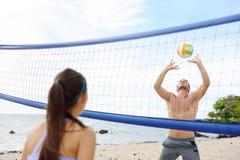 Люди играя волейбол пляжа - активный образ жизни Стоковое Изображение RF