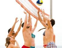 Люди играя волейбол пляжа на каникулах Стоковое Фото
