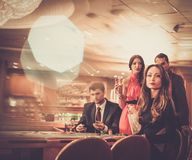 Люди играя в казино стоковые фото