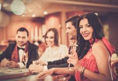 Люди играя в казино стоковое изображение