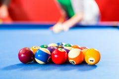 Люди играя игру биллиарда бассейна Стоковая Фотография RF