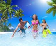 Люди играя на тропическом пляже Стоковые Изображения