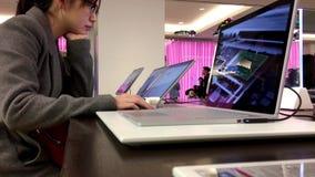 Люди играя новый компьютер на магазине Майкрософта