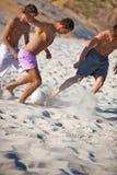 люди играя детенышей футбола Стоковое Изображение
