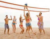 Люди играя beachvolley Стоковые Фотографии RF