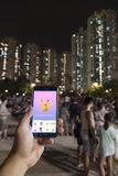 Люди играя Pokemon в парке Стоковое фото RF