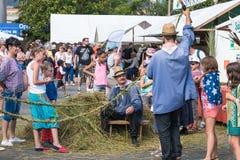 Люди изготовляя веревочку в старомодном пути Стоковое фото RF