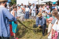 Люди изготовляя веревочку в старомодном пути Стоковые Изображения RF