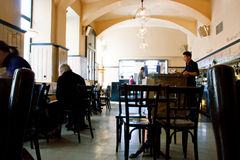 Люди имеют завтрак внутри популярного кафа в вене Стоковые Фотографии RF
