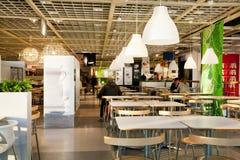 Люди имеют обедающий в космосе закусочной международного магазина IKEA Стоковые Фото