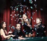 Люди имеют полезного время работы в казино стоковая фотография rf