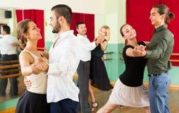 Люди имея класс танцев стоковое фото