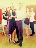 Люди имея класс танцев Стоковые Изображения