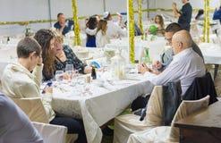Люди имея обедающий в Sukkah стоковые изображения