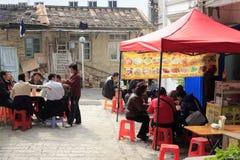 Люди имея обед внешний Стоковое Фото