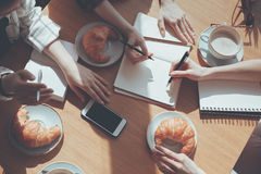 Люди имея обед на встрече в кафе, концепции бизнес-ланча Стоковая Фотография RF