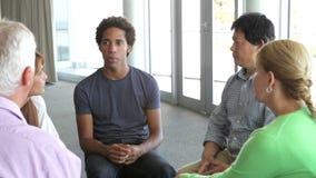 Люди имея обсуждение в группа поддержкиы сток-видео
