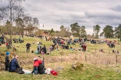 Люди имея пикник на холме травы Стоковая Фотография